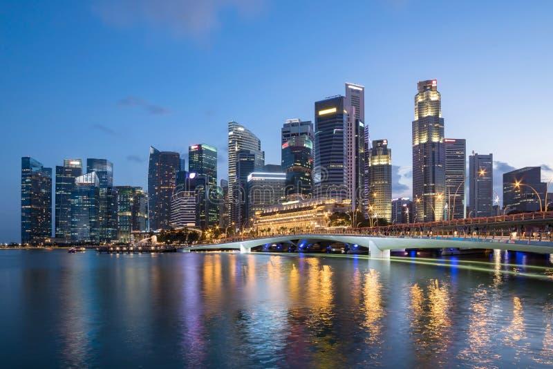 Horizon coloré de district des affaires de Singapour images libres de droits