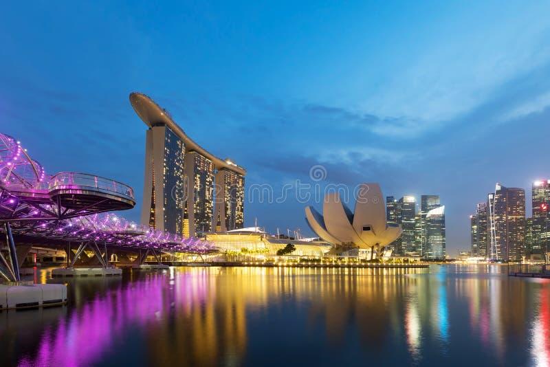 Horizon coloré de district des affaires de Singapour photographie stock