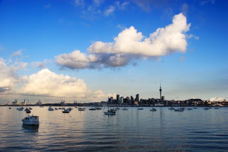Horizon d'Auckland avec le ciel bleu images libres de droits
