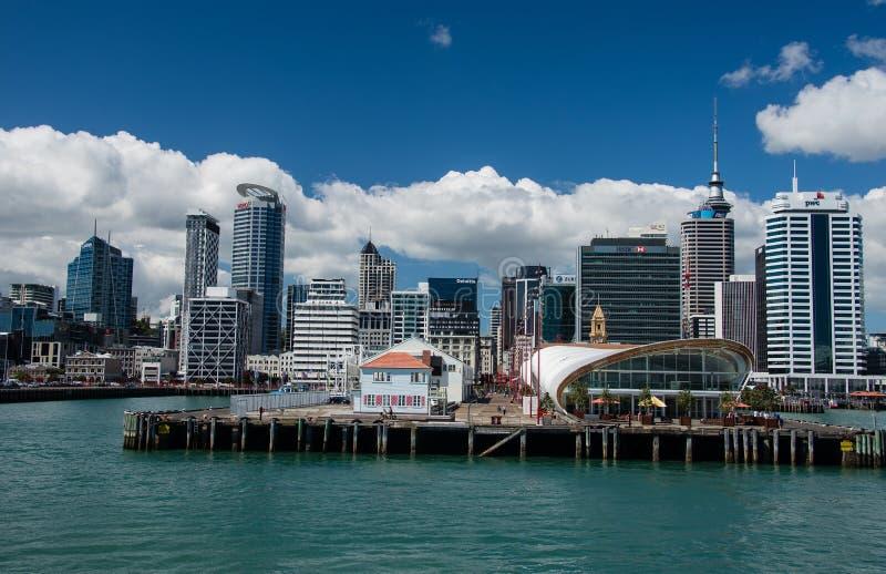 Horizon d'Auckland avec les nuages et la mer photo stock