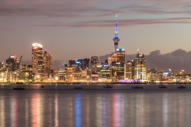 Horizon d'Auckland avec Sky Tower et des gratte-ciel la nuit photographie stock