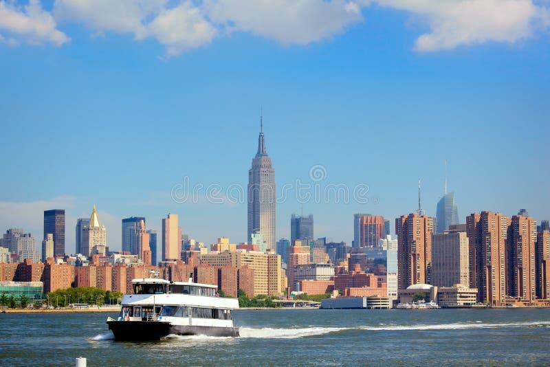 Horizon de bac et de Manhattan photographie stock