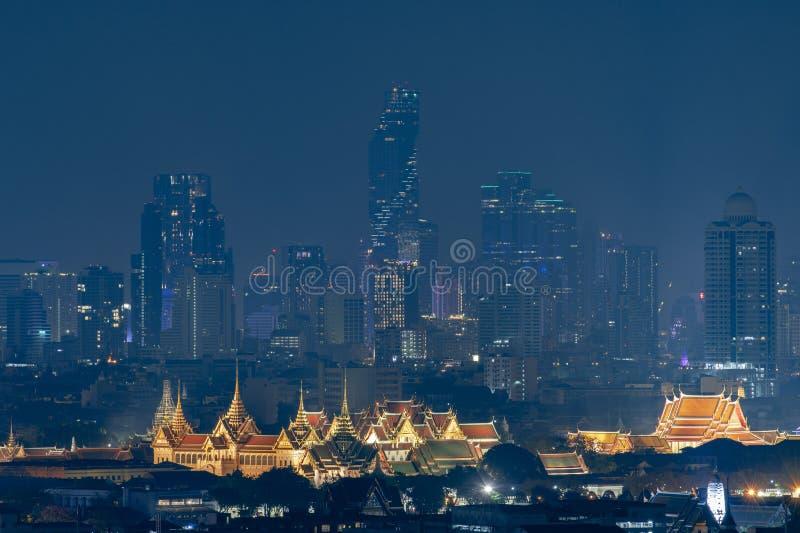 Horizon de Bangkok avec le point de repère célèbre Wat Phrakeaw et le palais grand photos stock