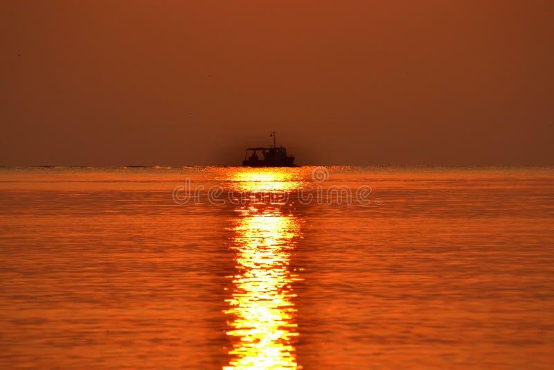Horizon de bateau de chemin de Sun images stock