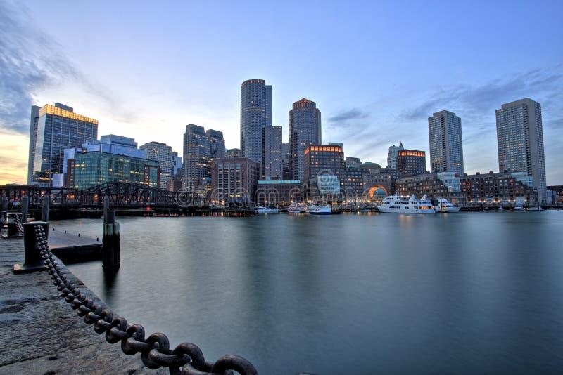 Horizon de Boston avec le secteur et le port financiers de Boston au coucher du soleil photo libre de droits