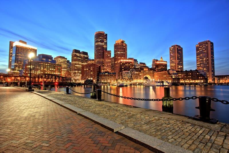 Horizon de Boston avec le secteur et le port financiers de Boston au crépuscule photos libres de droits
