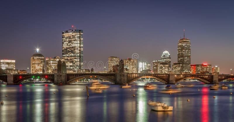 Horizon de Boston et le pont de Longfellow dans le coucher du soleil image libre de droits