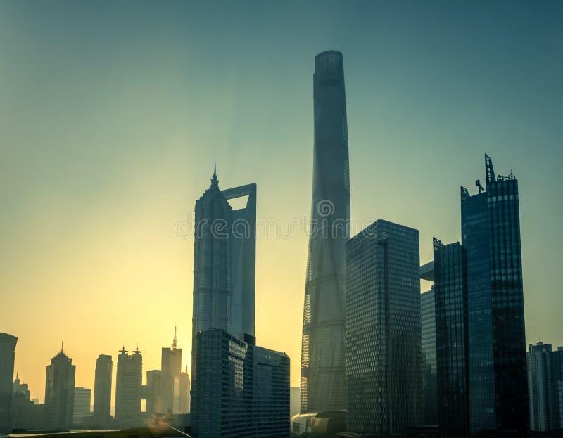Horizon de Changhaï au lever de soleil un matin flou photos libres de droits