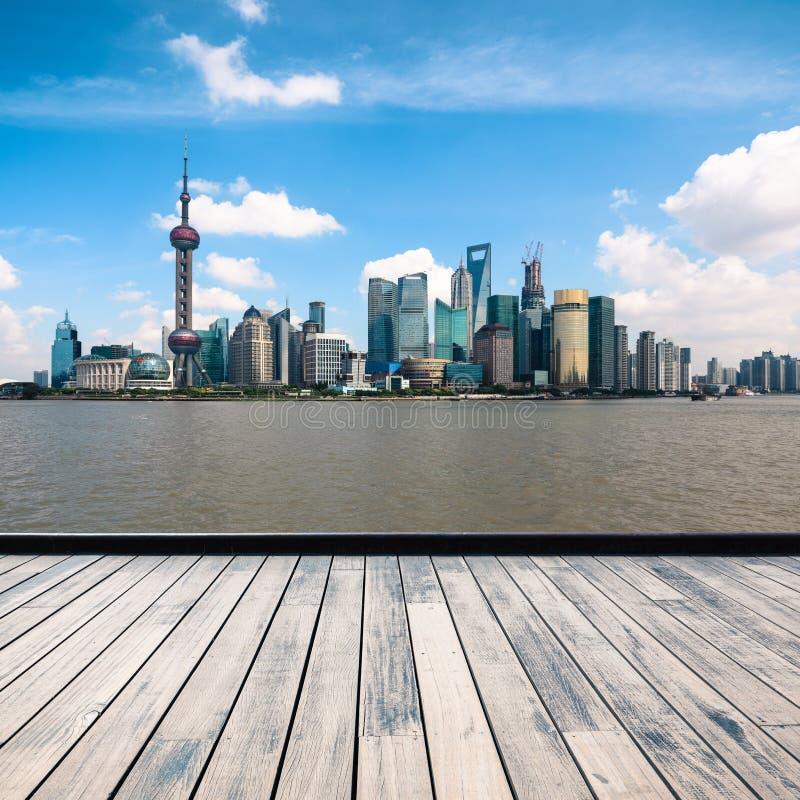 Horizon de Changhaï avec l'étage en bois images stock