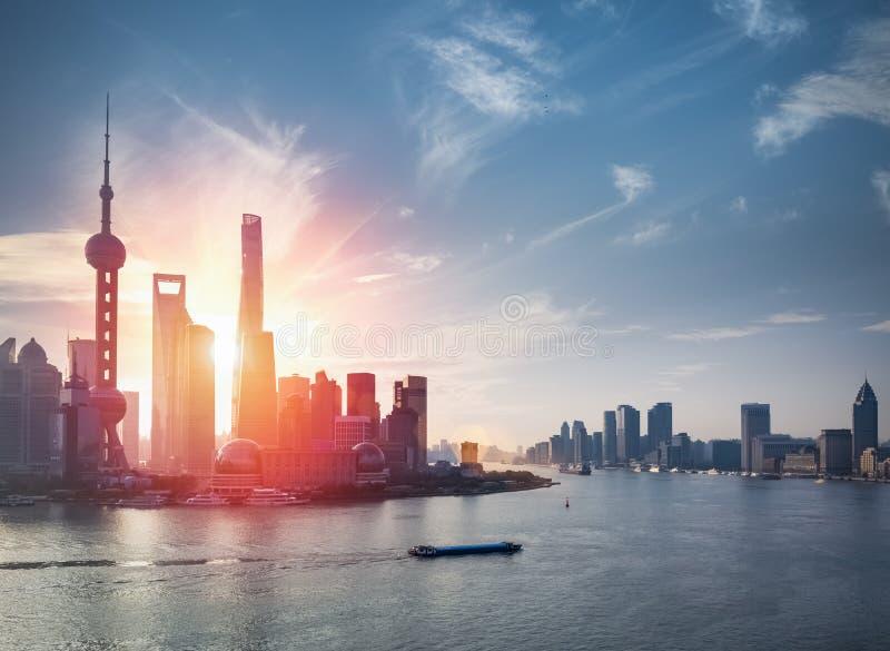 Horizon de Changhaï avec le fleuve de huangpu photographie stock