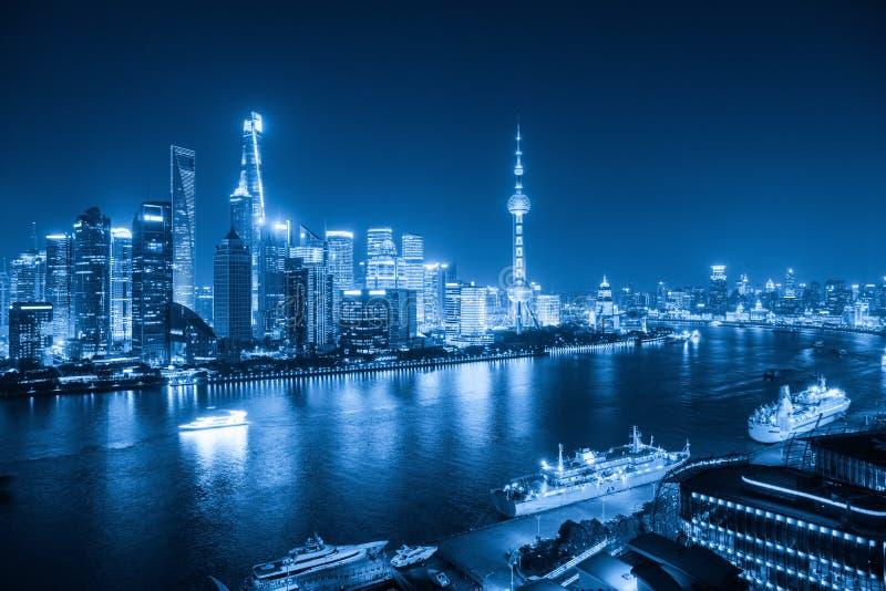 Horizon de Changhaï la nuit avec le ton bleu photo stock