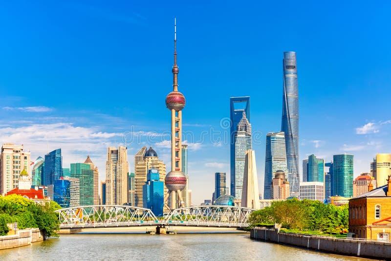 Horizon de Changhaï Pudong avec le pont historique de Waibaidu, Chine pendant le jour ensoleillé d'été images stock