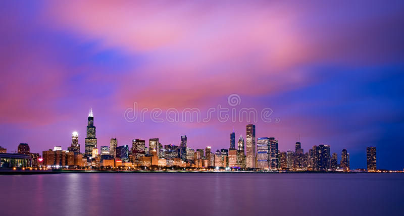Horizon de Chicago au coucher du soleil photographie stock libre de droits