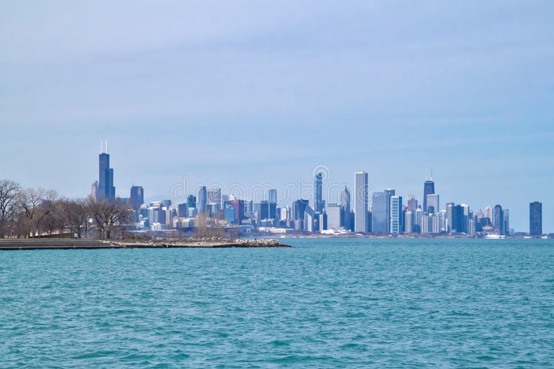 Horizon de Chicago comme vu du côté sud au bord du lac du lac Michigan un jour glacial d'hiver images stock