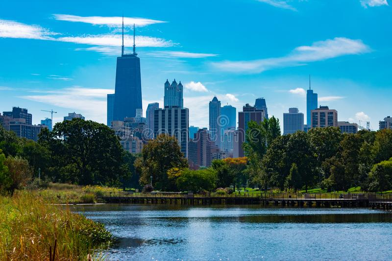 Horizon de Chicago vu de l'étang du sud en Lincoln Park photos stock
