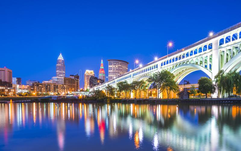 Horizon de Cleveland avec la réflexion la nuit, Cleveland, Ohio, Etats-Unis photographie stock libre de droits