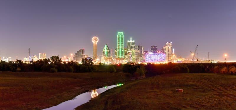 Horizon de Dallas la nuit image stock