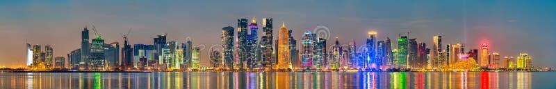 Horizon de Doha au coucher du soleil La capitale du Qatar images libres de droits