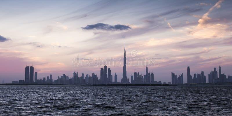 Horizon de Dubaï au coucher du soleil photographie stock libre de droits