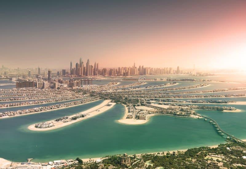 Horizon de Dubaï d'île de paume au coucher du soleil images stock