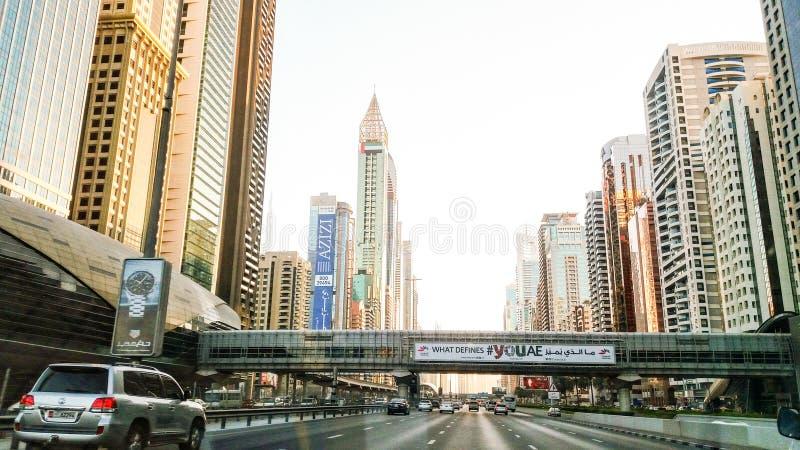 Horizon de Dubaï dans le temps de coucher du soleil, Emirats Arabes Unis photographie stock