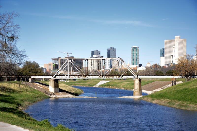 Horizon de Fort Worth derrière le pont de parc de trinité photo stock
