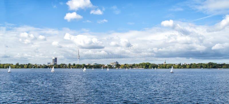 Horizon de Hambourg Alster avec la tour de TV sur l'horizon et les bateaux de navigation sur l'eau - vue panoramique photographie stock libre de droits