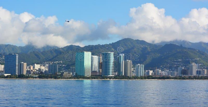 Horizon de Honolulu avec le ciel bleu images libres de droits