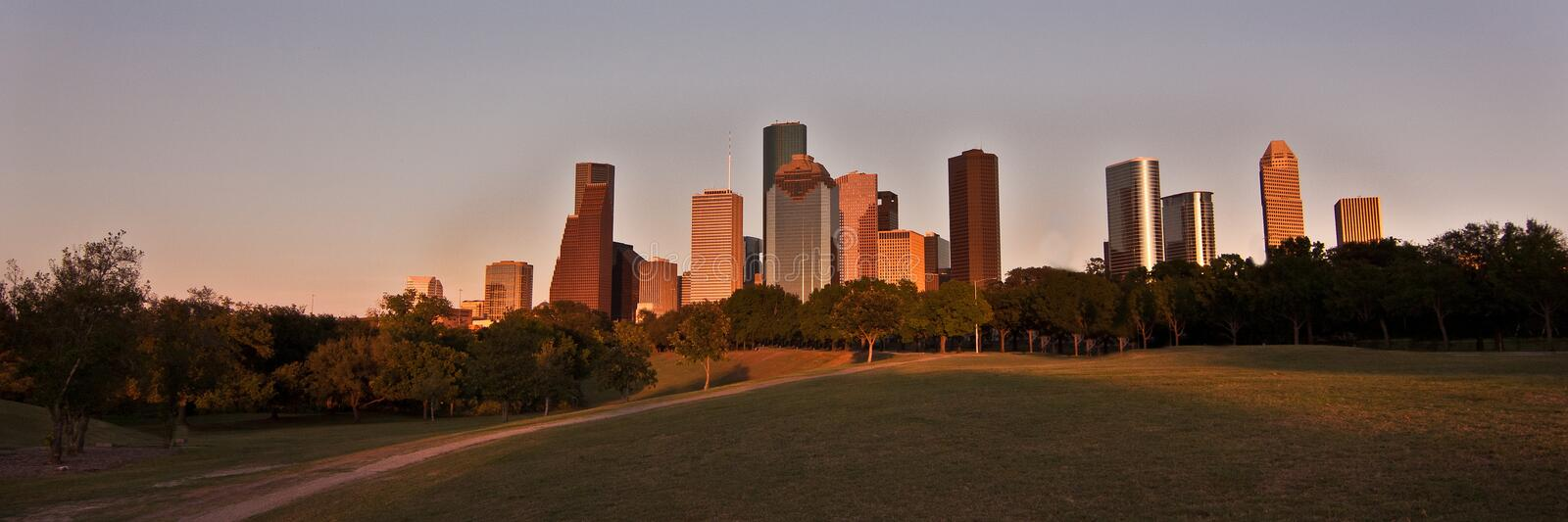 Horizon de Houston, le Texas au coucher du soleil photographie stock libre de droits