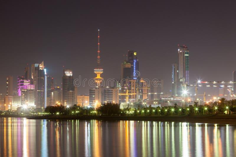 Horizon de Kuwait City la nuit photos stock