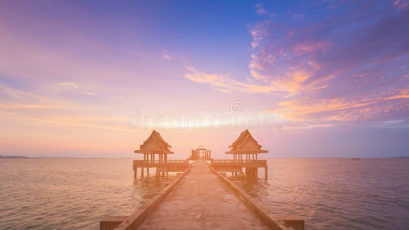 Horizon de littoral de coucher du soleil avec la manière de promenade menant à l'océan image stock