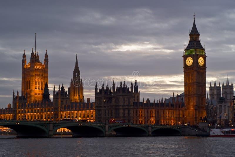 Horizon de Londres au coucher du soleil photographie stock libre de droits
