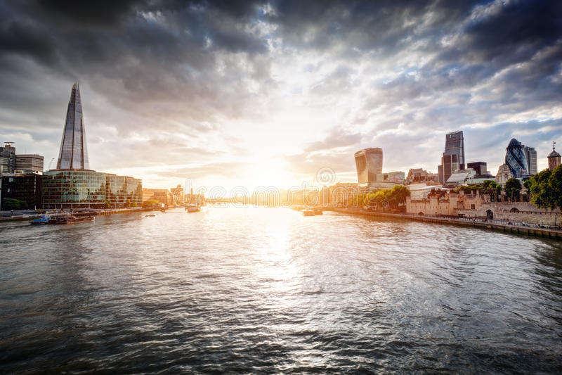 Horizon de Londres au coucher du soleil, Angleterre le R-U La Tamise, le tesson, ville hôtel photos stock