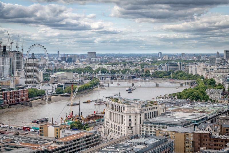 Horizon de Londres avec une vue la Tamise regardant en bas de la rivière au Parlement moderne de Tate et à l'oeil de Londres image libre de droits