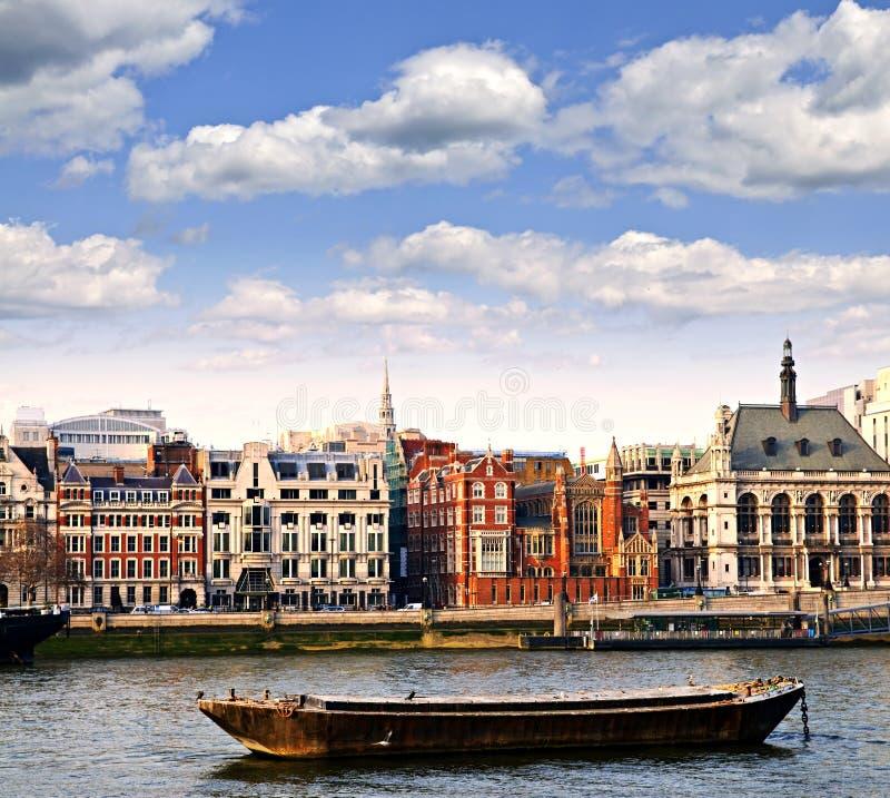 Horizon de Londres de fleuve de Tamise photo stock