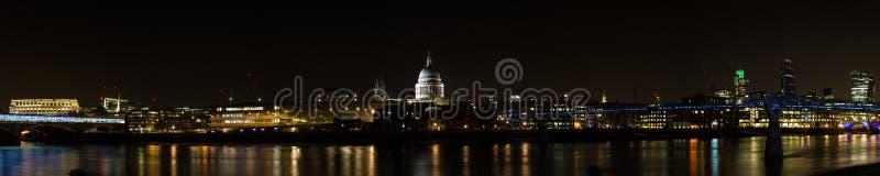 Horizon de Londres la nuit photo libre de droits