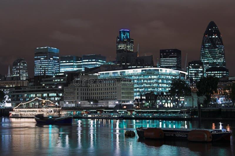 Horizon de Londres la nuit photographie stock libre de droits