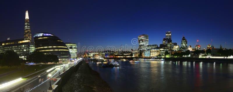 Horizon de Londres par nuit photos libres de droits