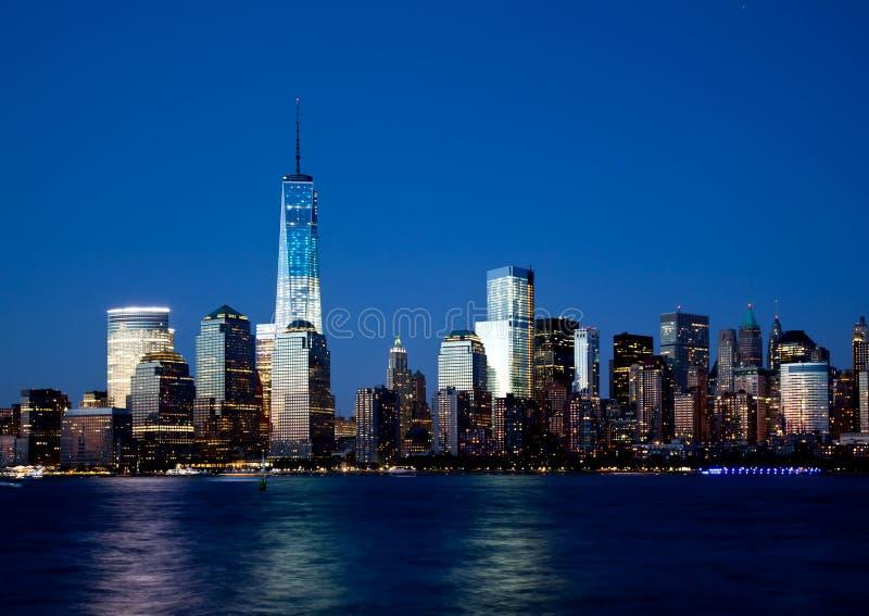 Horizon de Lower Manhattan la nuit images stock