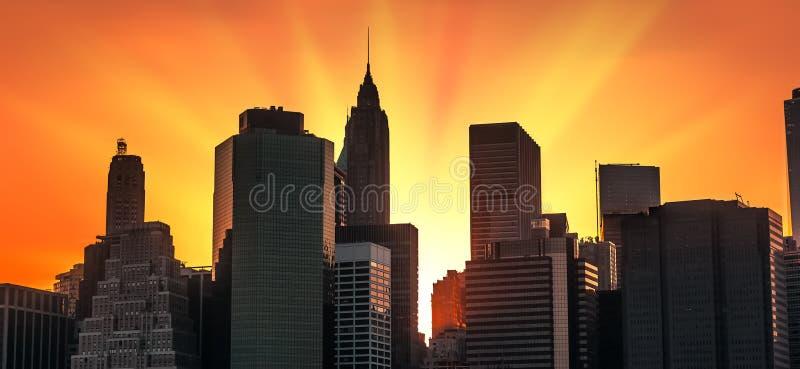Horizon de Manhattan au coucher du soleil photographie stock libre de droits