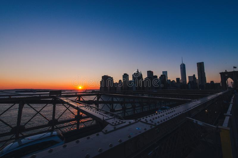 Horizon de Manhattan au coucher du soleil images stock
