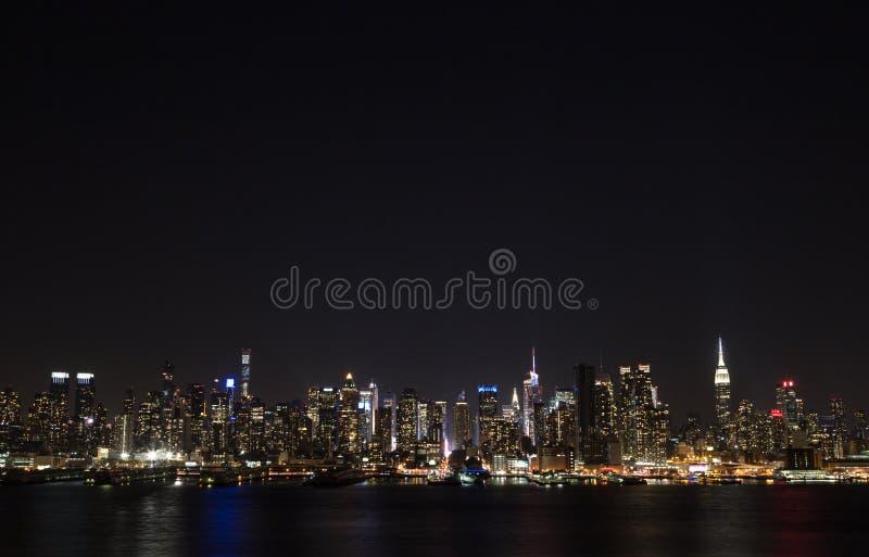 Horizon de Manhattan au-dessus de Hudson River la nuit photo stock