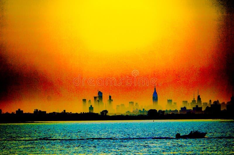 Horizon de Manhattan derrière les bâtiments avec un bateau dans l'eau Vue de Rockaway, New York, Etats-Unis images libres de droits