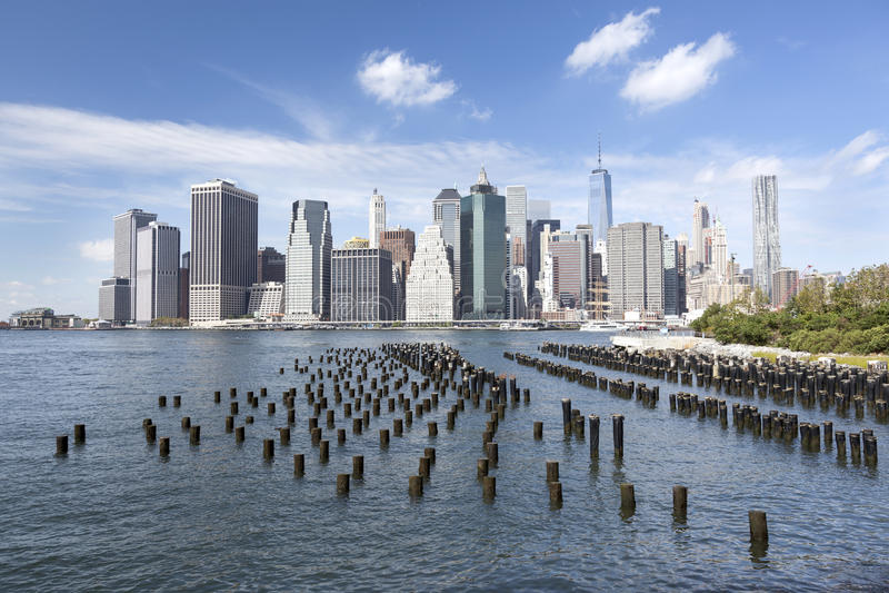 Horizon de Manhattan inférieure vu du parc de pont de Brooklyn image libre de droits