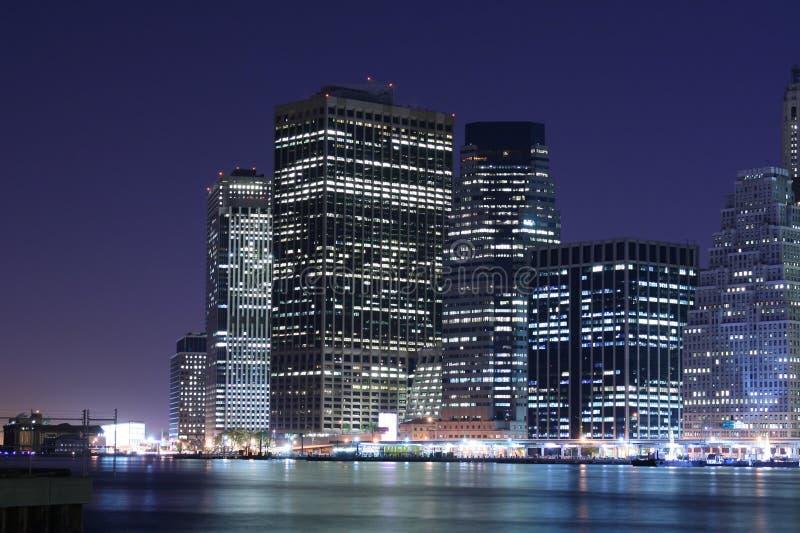Horizon de Manhattan la nuit images libres de droits
