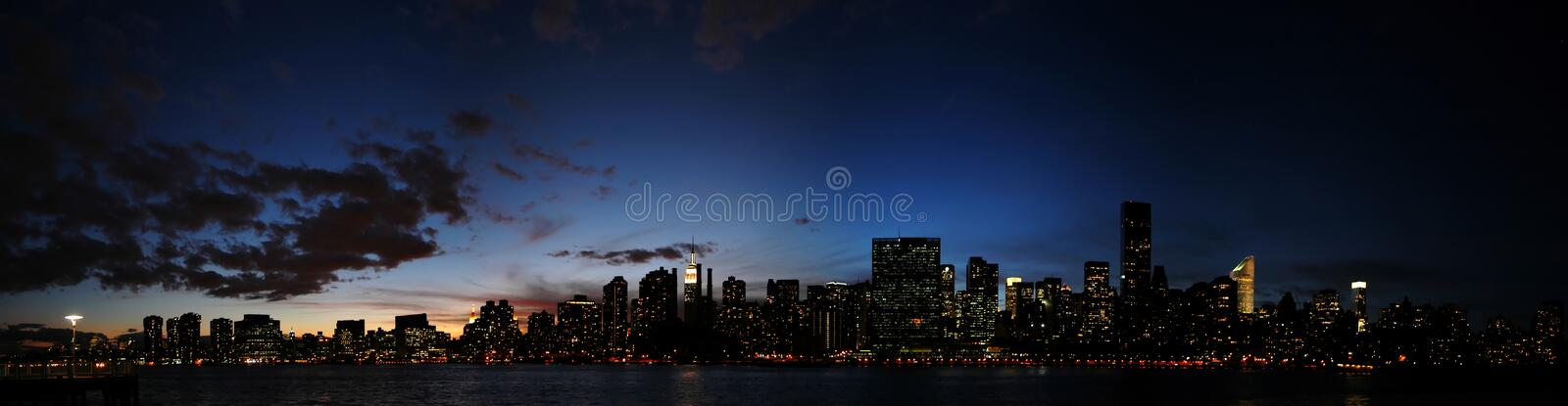 Horizon de Manhattan la nuit photos stock