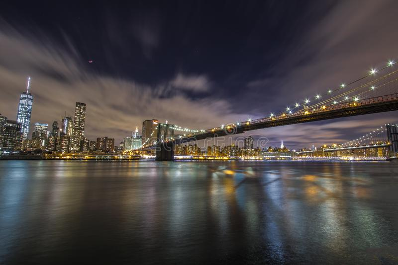 Horizon de Manhattan pendant la soirée avec le pont de Brooklyn images libres de droits