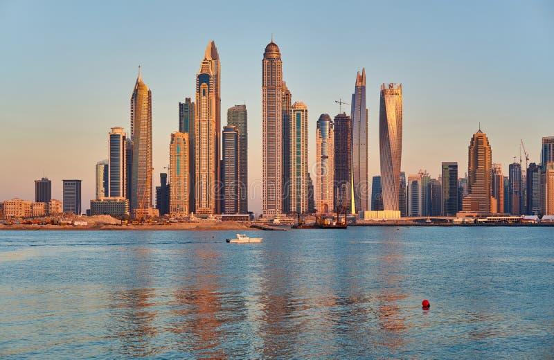 Horizon de marina de Dubaï aux Emirats Arabes Unis image libre de droits