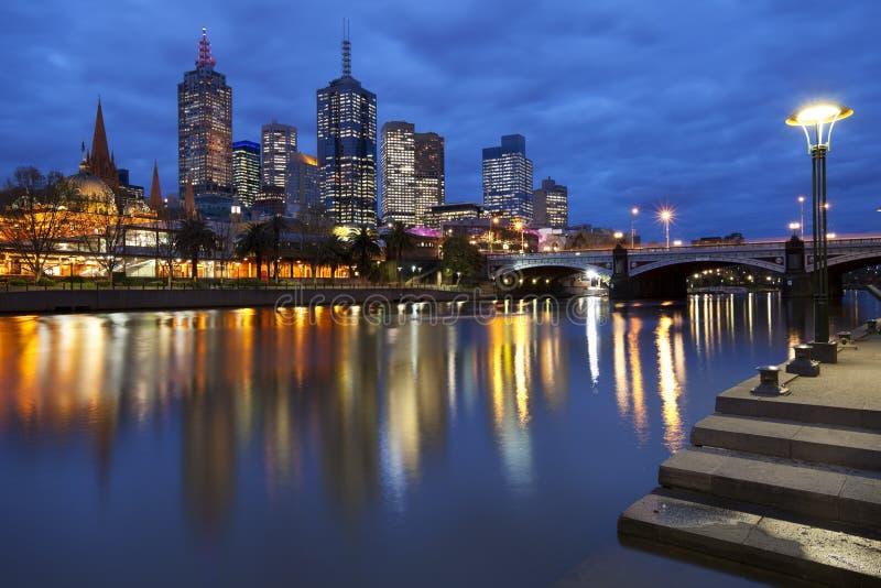 Horizon de Melbourne, Australie la nuit images libres de droits