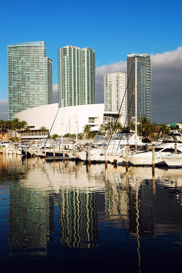 Horizon de Miami à la marina de Bayside image libre de droits